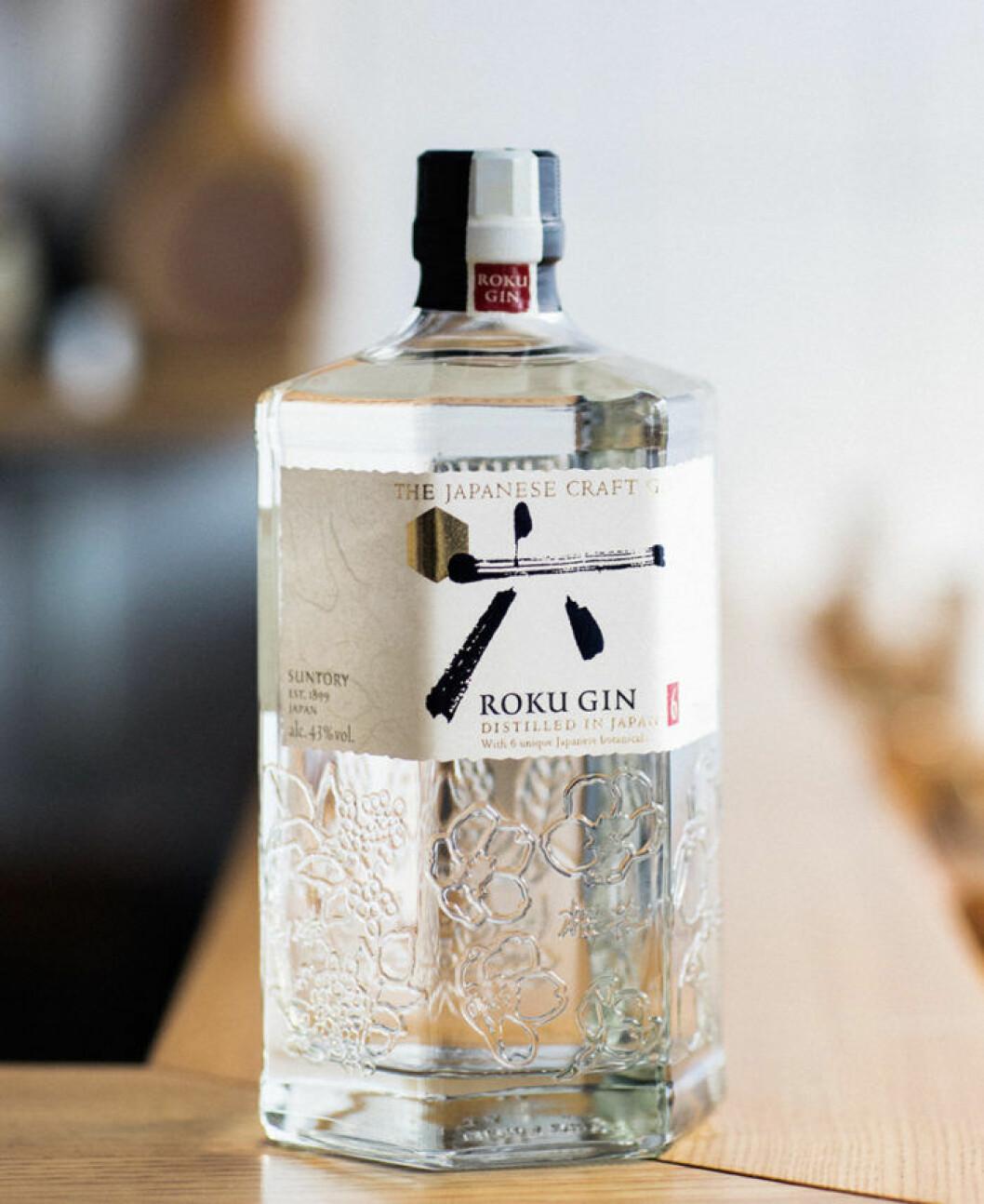 Roku Gin har en sexkantig flaska med körsbärsblommor.