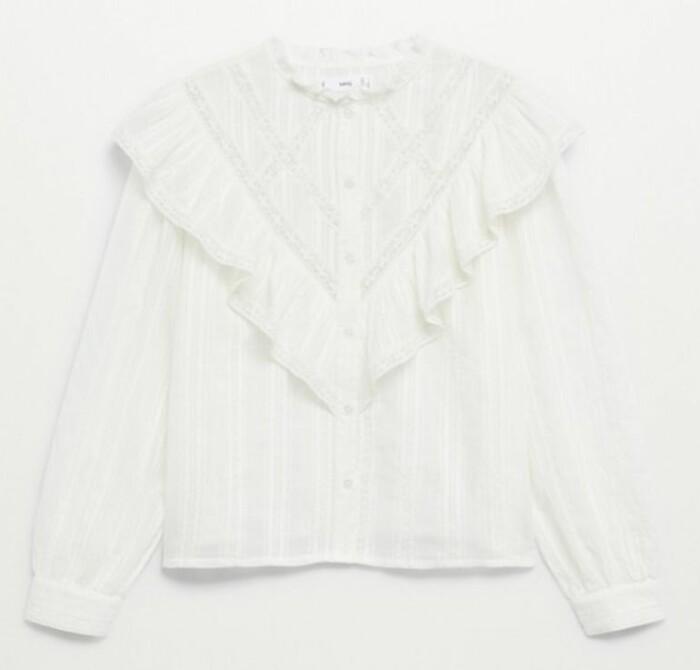 Romantisk blus med vackra volanger och dekorativa detaljer. Blusen kommer från Mango