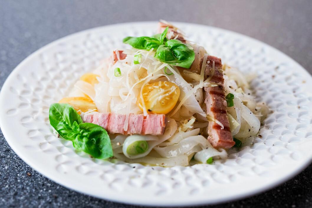 Fettuccine från Root Pasta med färsk tonfisk och grönsaker.