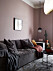 Vardagsrum med rosa väggar