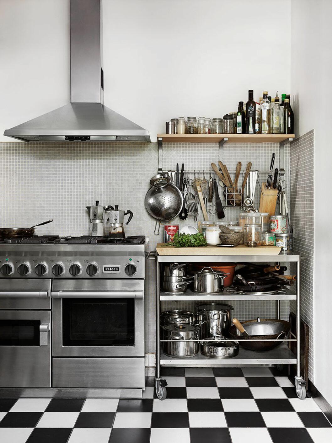 Rosengarden_kok_kitchen_industry_industri_blac_white_floor_Foto_Petra_Bindel