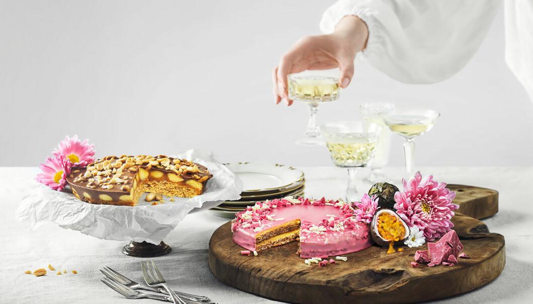 Vacker dukning med två tårtor och flera glas champagne