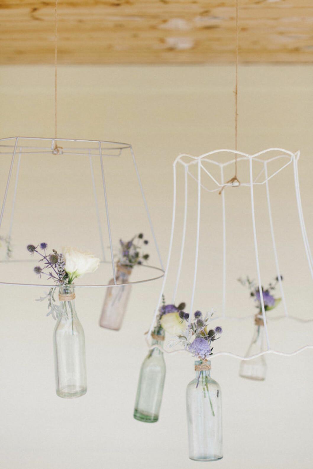 Blomsterarrangemang med flaskor