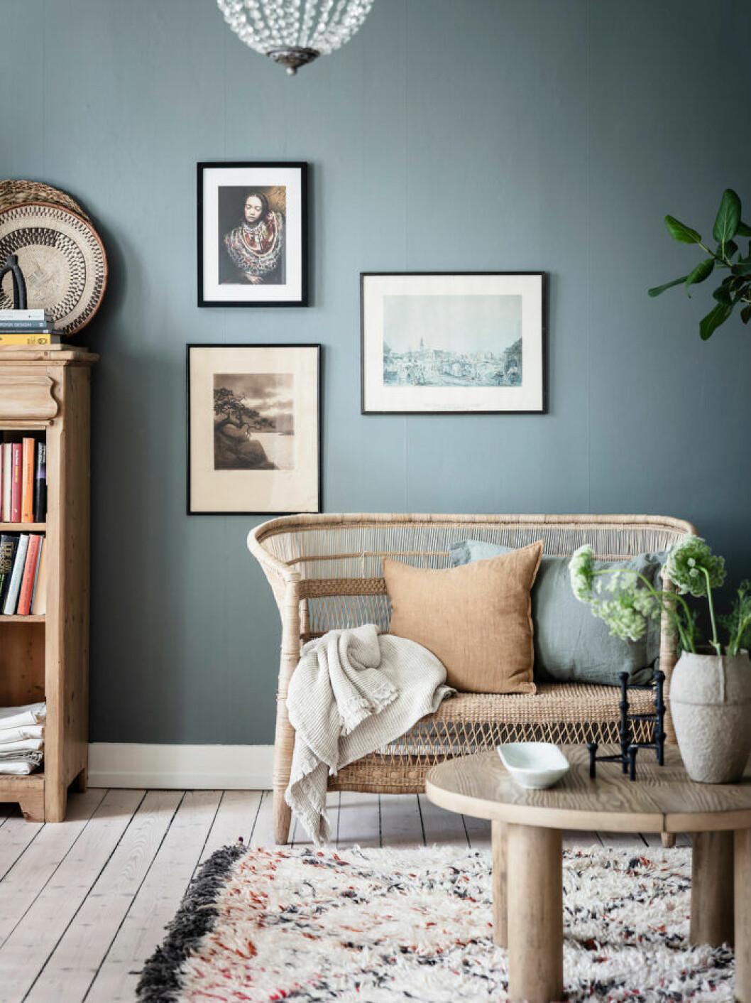 Använd tavlor för att rama in ditt rum i rummet