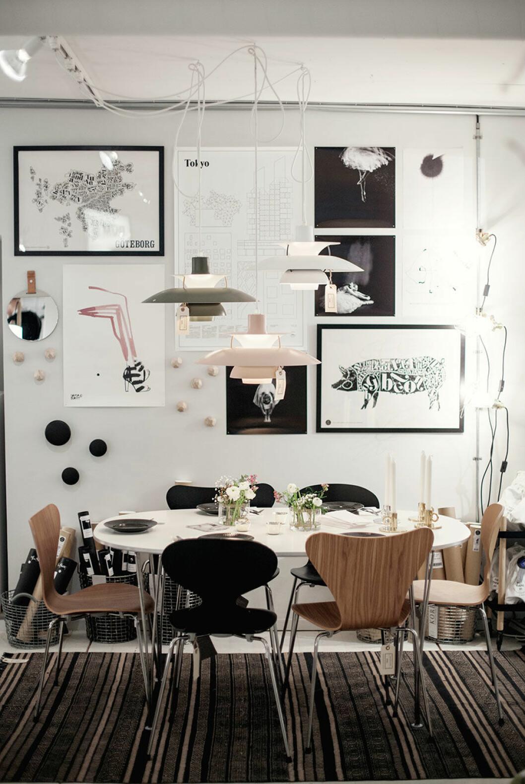 Matplats och tavelvägg i grafisk tappning inne i inredningsbutiken Rum 21.