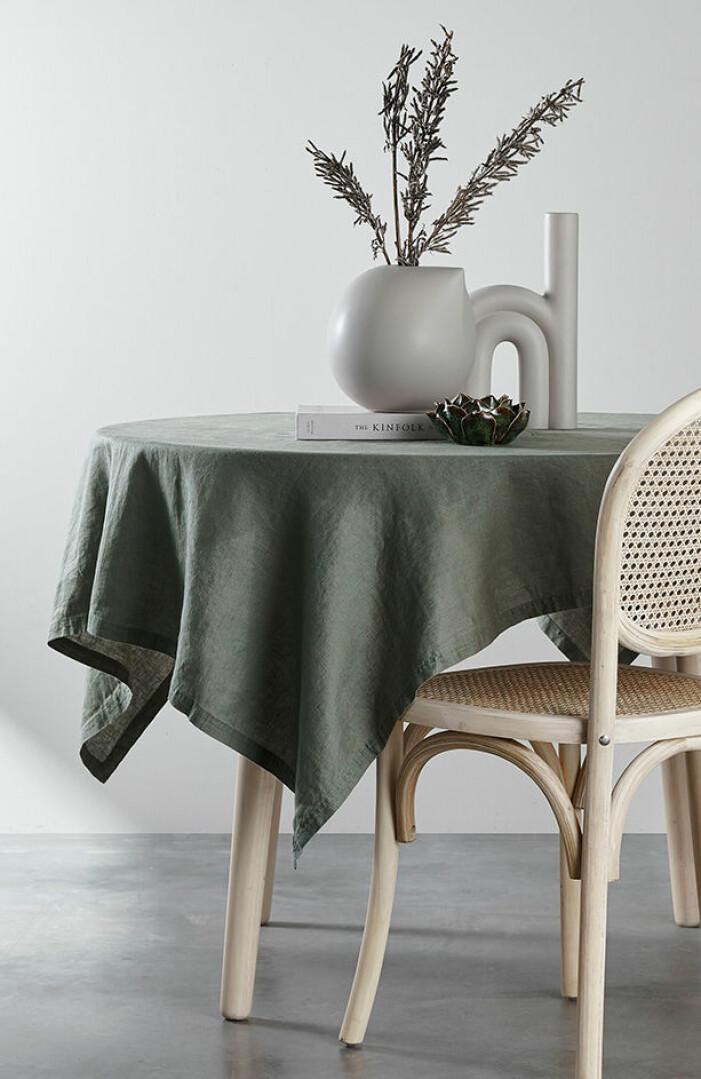 grön linneduk till runt bord