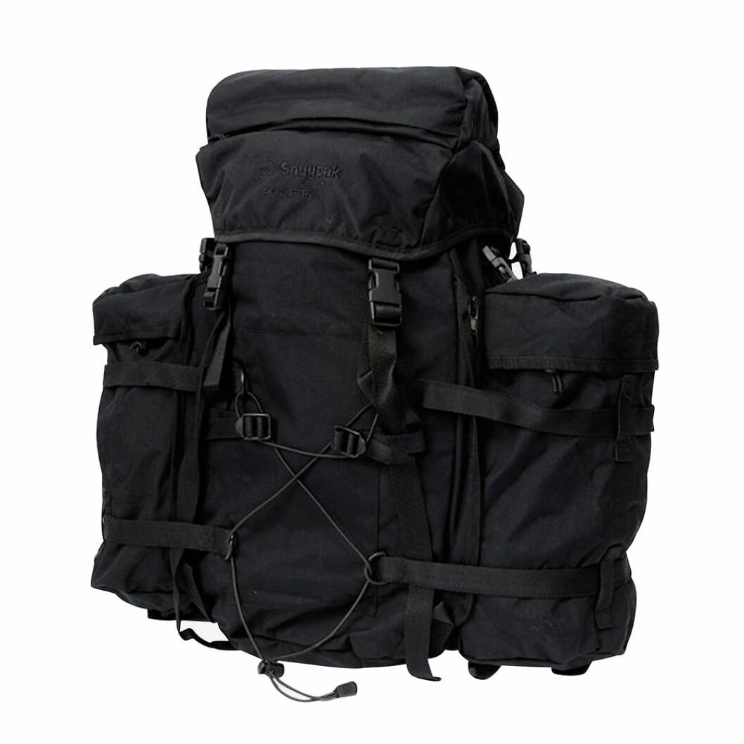 Svart ryggsäck för vandring