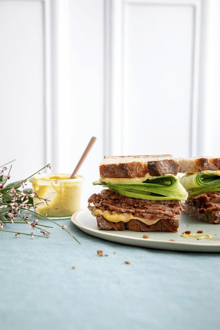 Så gör du club sandwich med rostbiff och dijonmajonnäs