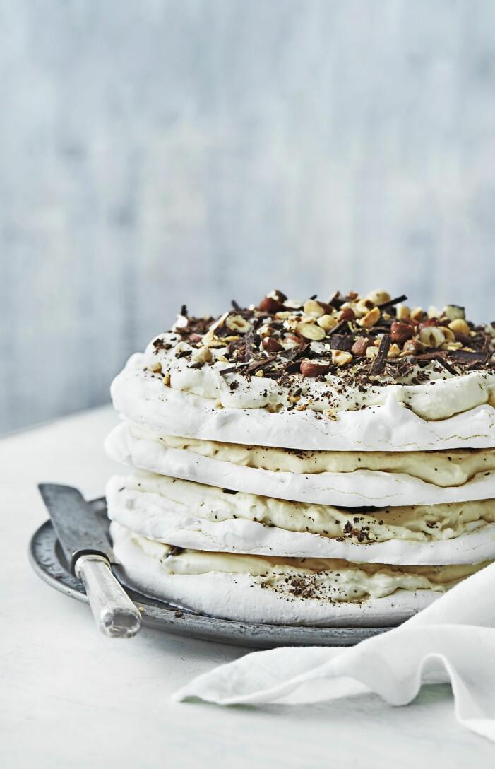 Så gör du luftig marängtårta med kaffekräm och choklad