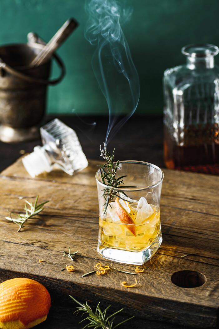 Så gör du rosmarinrökt old fashioned, trendig drink 2021