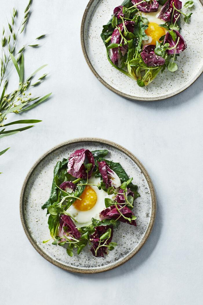 Så lagar du ägg med radicchio och vattenkrasse