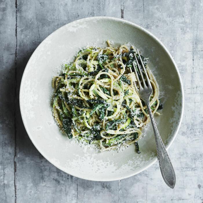 Så lagar du krämig spaghetti med spenat och zucchini