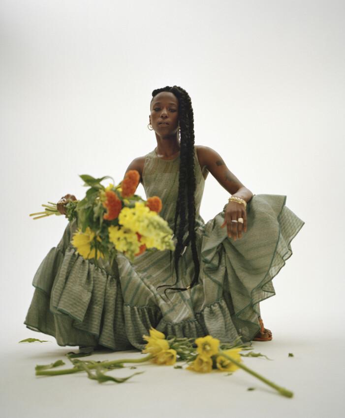 Sabina Ddumba i klänning från Loewe.