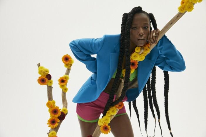 Sabina Ddumba i kläder från Versace.