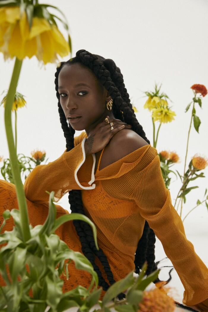 Sabina Ddumba i kläder från Acne Studios.