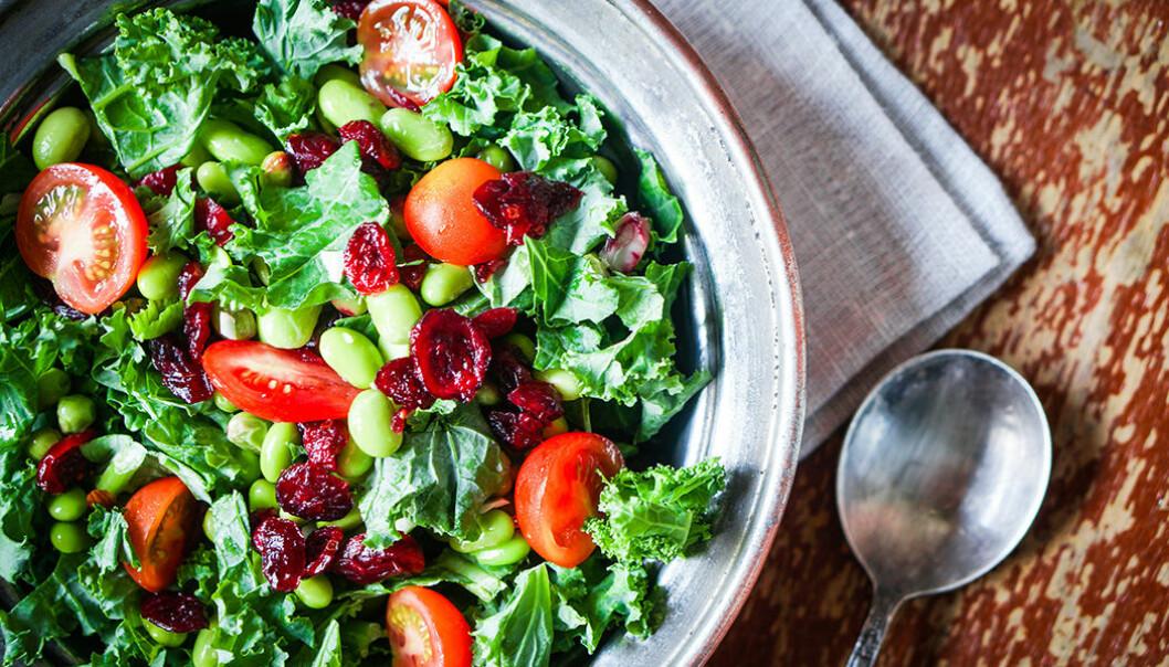 Grönkålssallad med edamemebönor och tomater.
