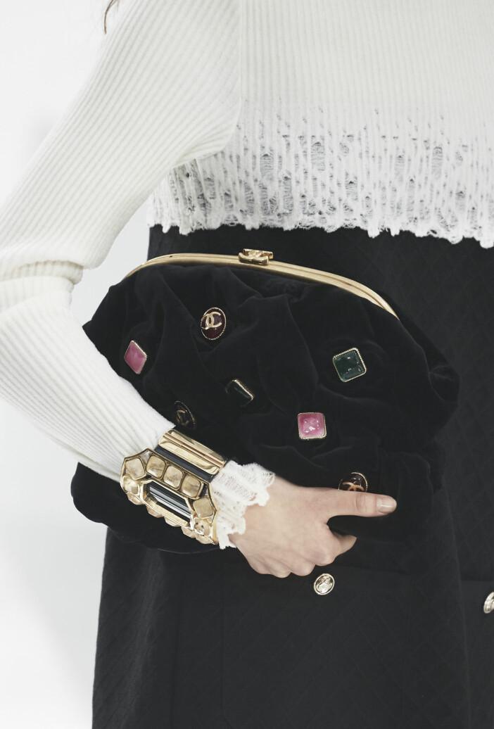 sammetsclutch från Chanel.