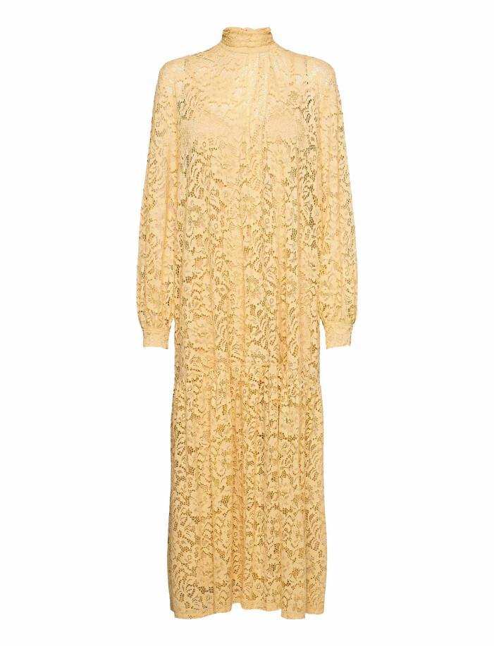 gul spets klänning med blommor