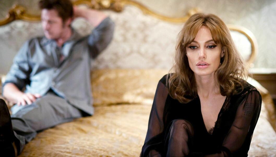 Angelina Jolie sitter på en sängkant