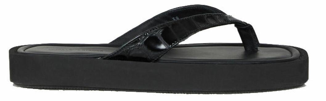 Flip flop-sandal från By Malene Birger med dekorativa remmar.