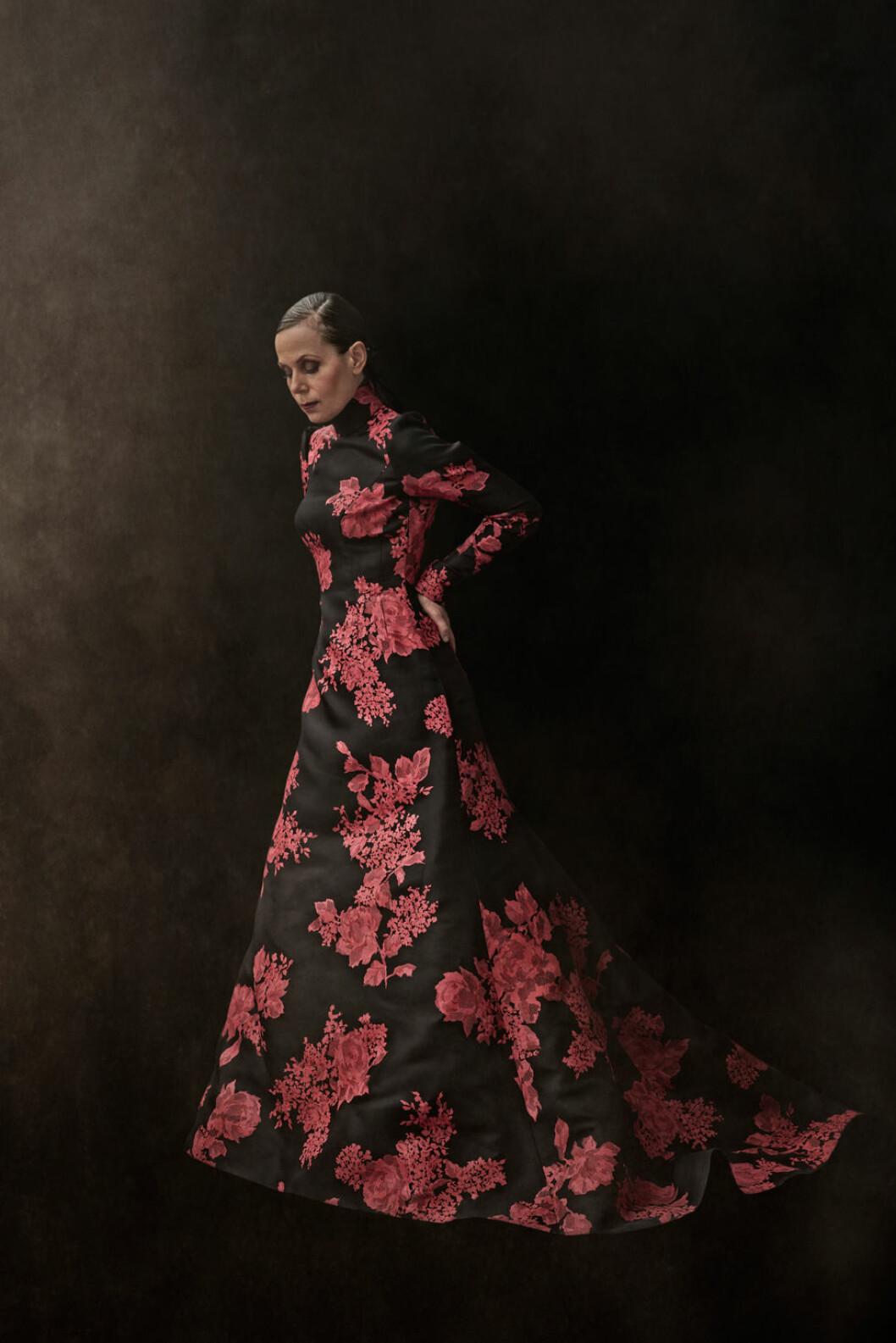 Sara Danius i en rödblommig klänning.