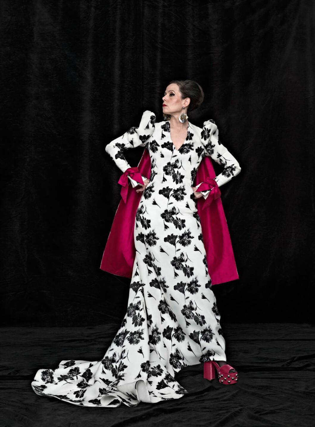 Sara Danius i en svart och vit blommig klänning från Pär Engsheden.