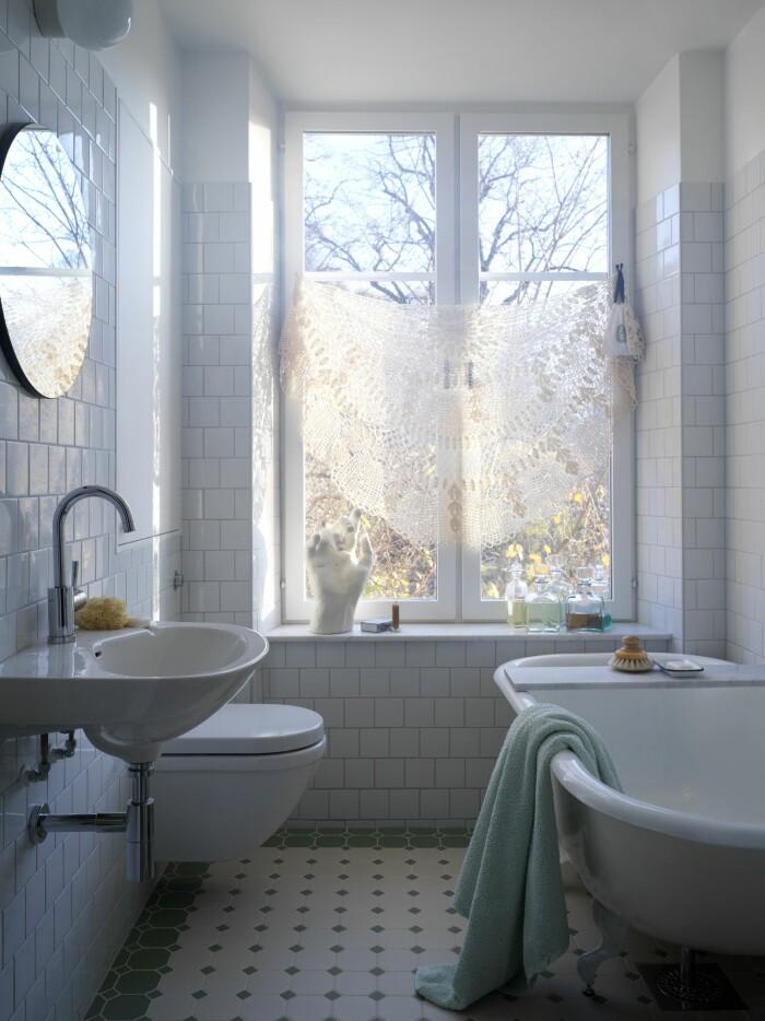 Hemma hos Sasa Antic badrum fönster gardin badkar