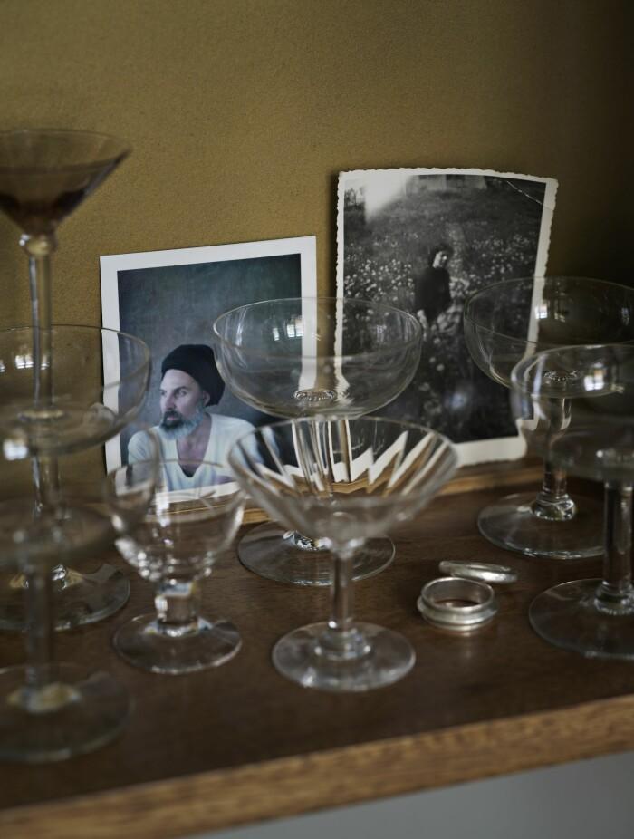 Hemma hos Sasa Antic skåp glassamling
