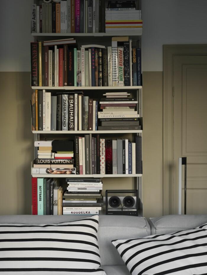 Hemma hos Sasa Antic bokhylla vardagsrum