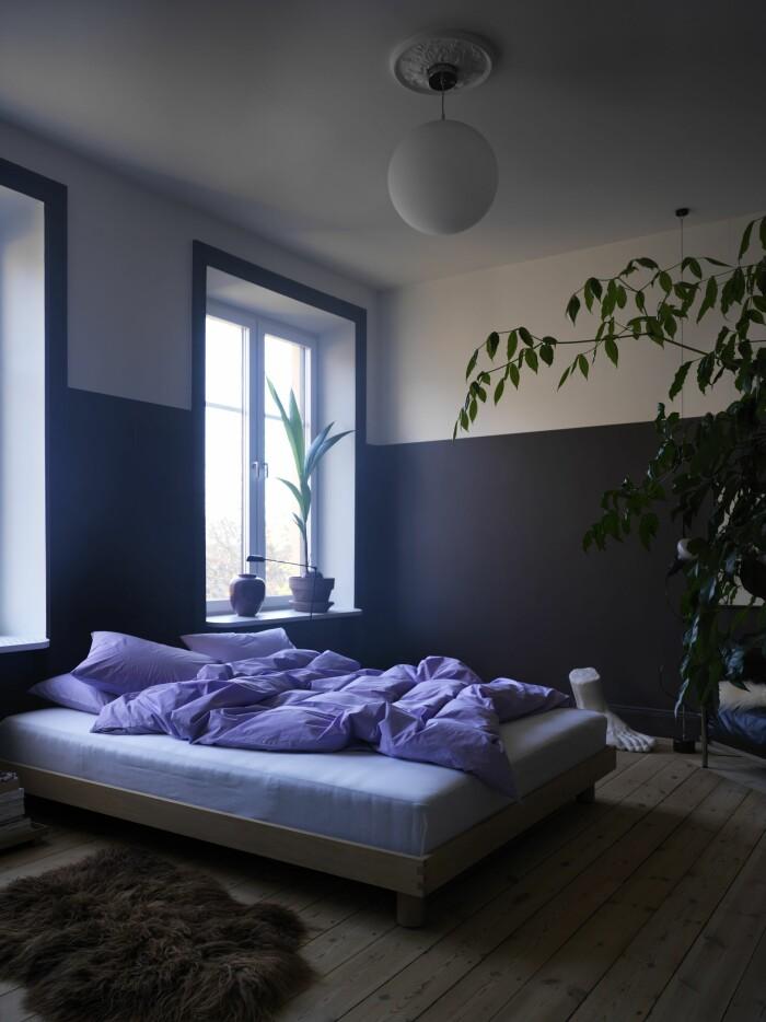 Hemma hos Sasa Antic sovrum säng färgfält