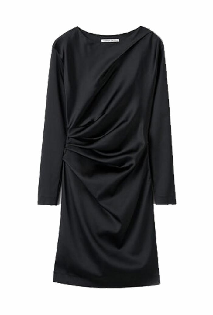 långärmad svart klänning med drapering från tiger