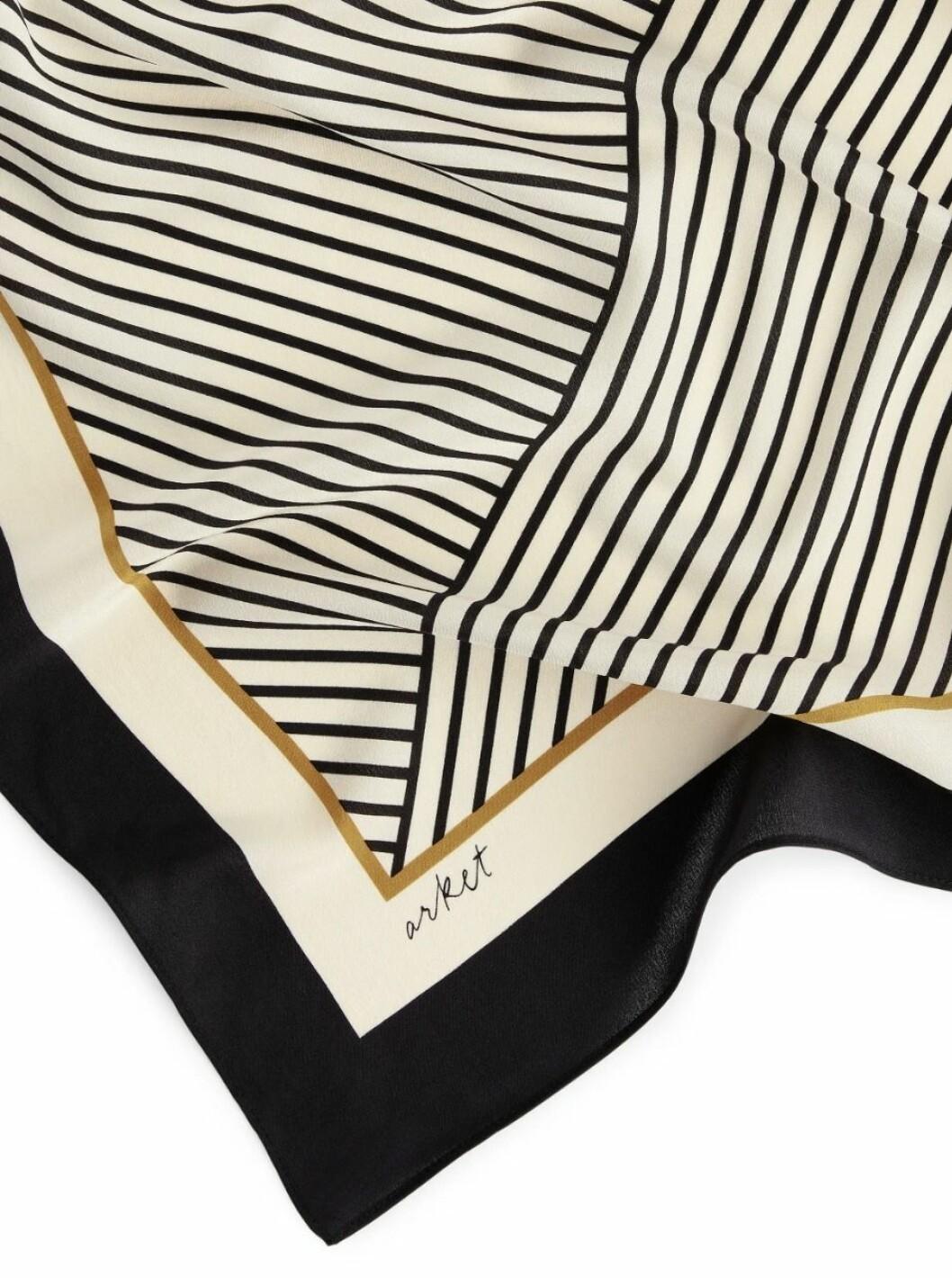Mönstrad scarf med vackra nyanser från Arket.