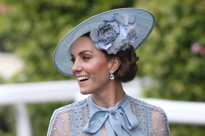 Catherine av Cambridge i en snygg och somrigt håruppsättning med blå hatt