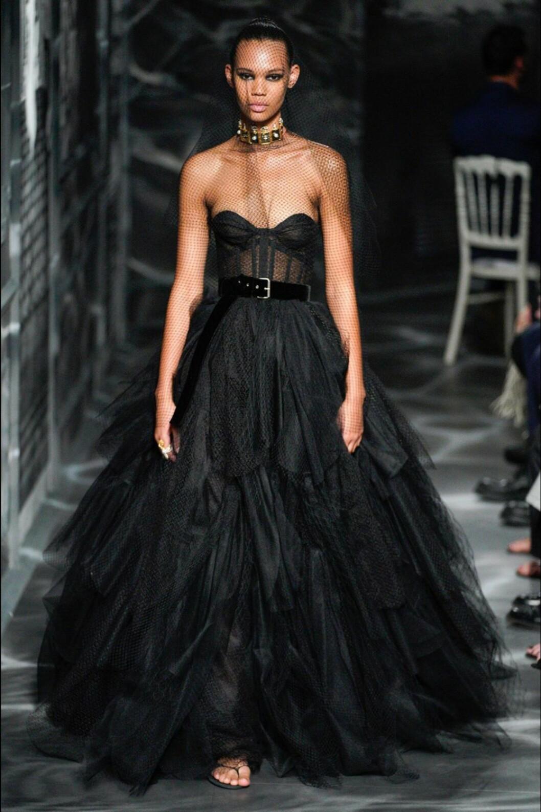 Christian Dior AW19/20, voluminös klänning i svart.