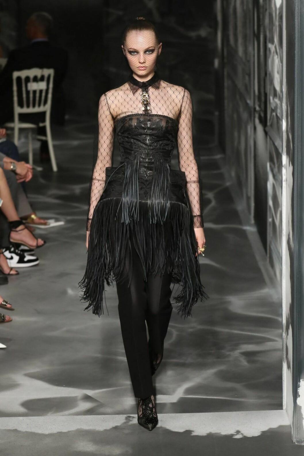 Christian Dior AW19/20, svart look med detaljer av spets och fransar.