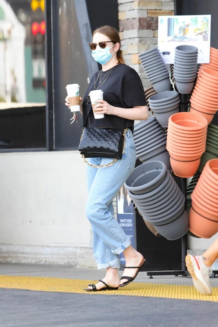 Pacific Palisades 2021-05-01 Pacific Palisades Emma Stone handlar kaffe i blåjeans och svart t-tröja!