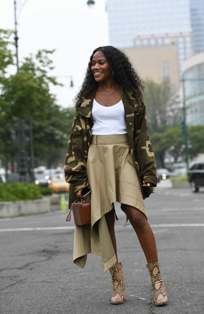 snygg outfit med armyjacka, asymmetrisk kjol och boots