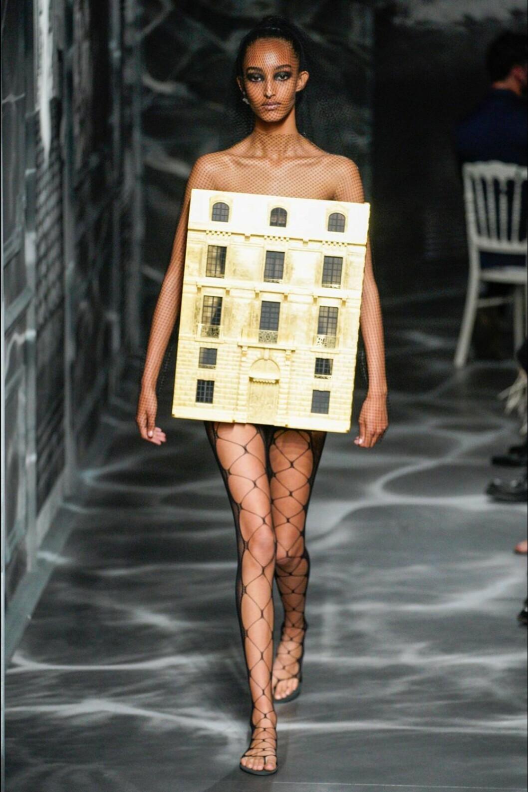 Christian Dior AW19/20, nätstrumpbyxor och en kreation som liknar ett hus.