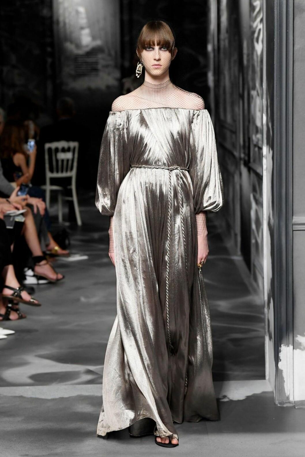 Christian Dior AW19/20, off-shoulder klänning med markerad midja.