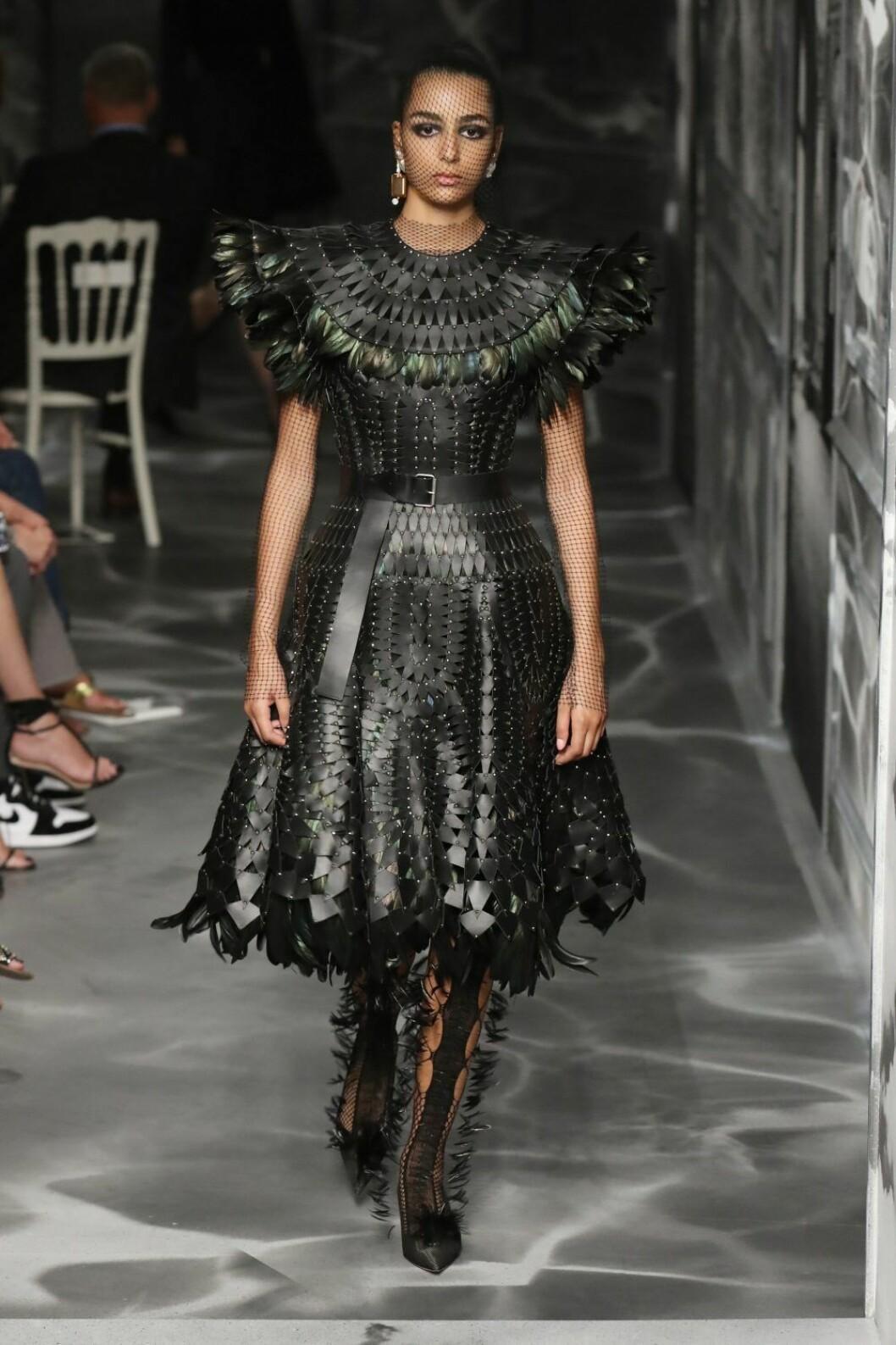 Christian Dior AW19/20, svart klänning med textur och gröna detaljer.