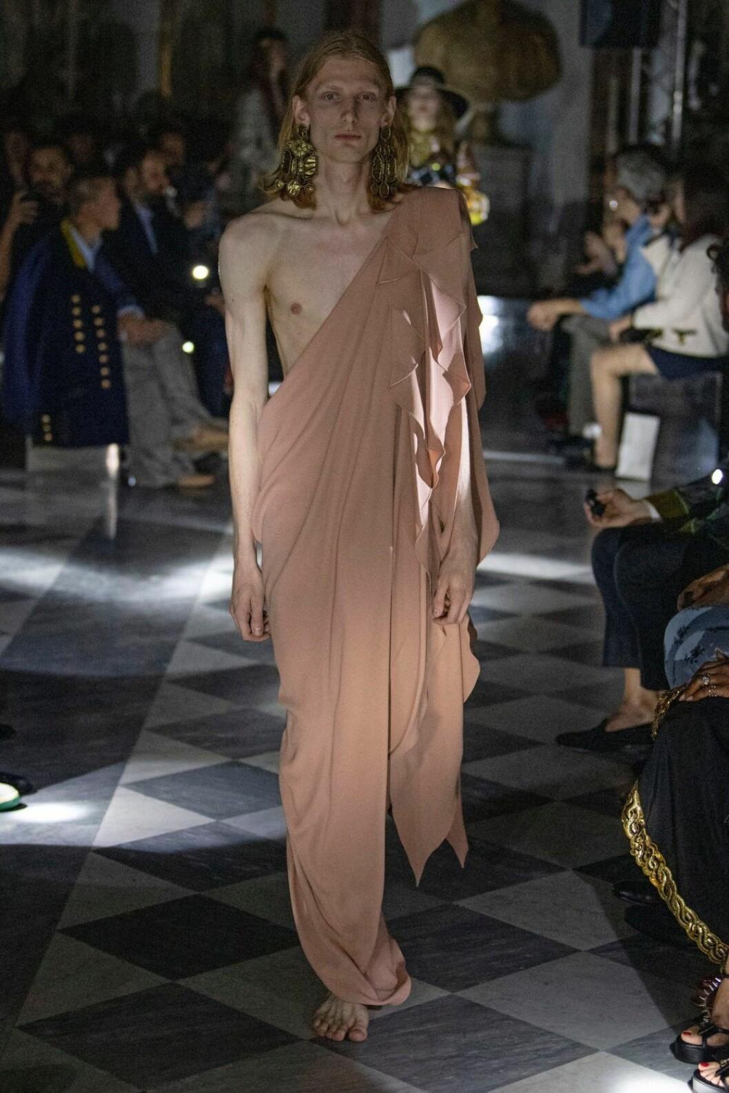 Modell i one shoulder på catwalken under Gucci 2020- cruise