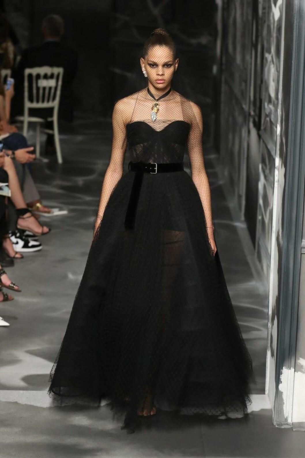 Christian Dior AW19/20, Lång voluminös klänning med bälte i midjan.
