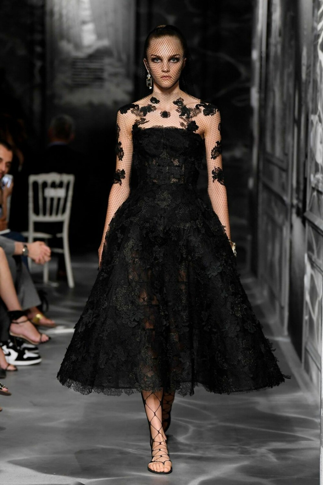 Christian Dior AW19/20 svart look med broderade detaljer.