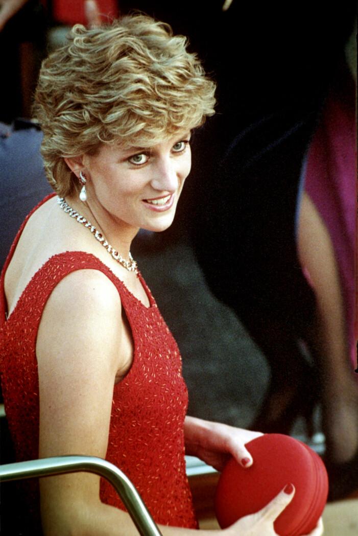 Diana med röda naglar