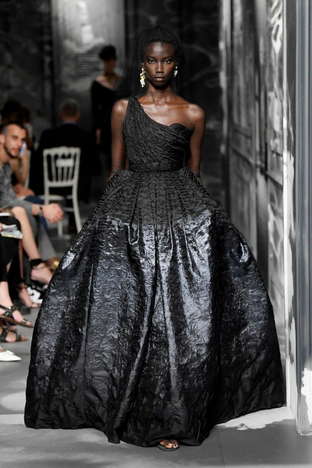 Christian Dior AW19/20, svart voluminös klänning med one-shoulder.