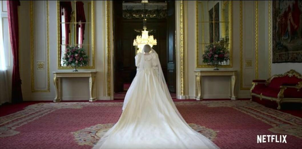 Emma Corrin i en kopia av prinsessan Dianas klänning