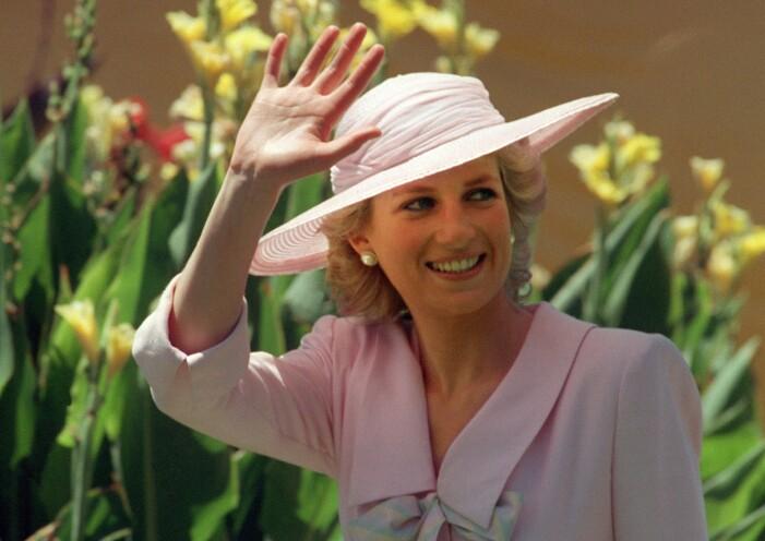 Diana, prinsessan av Wales vid ett besök i Melbourne. Rosa sommarhatt och läckert lockat hår.
