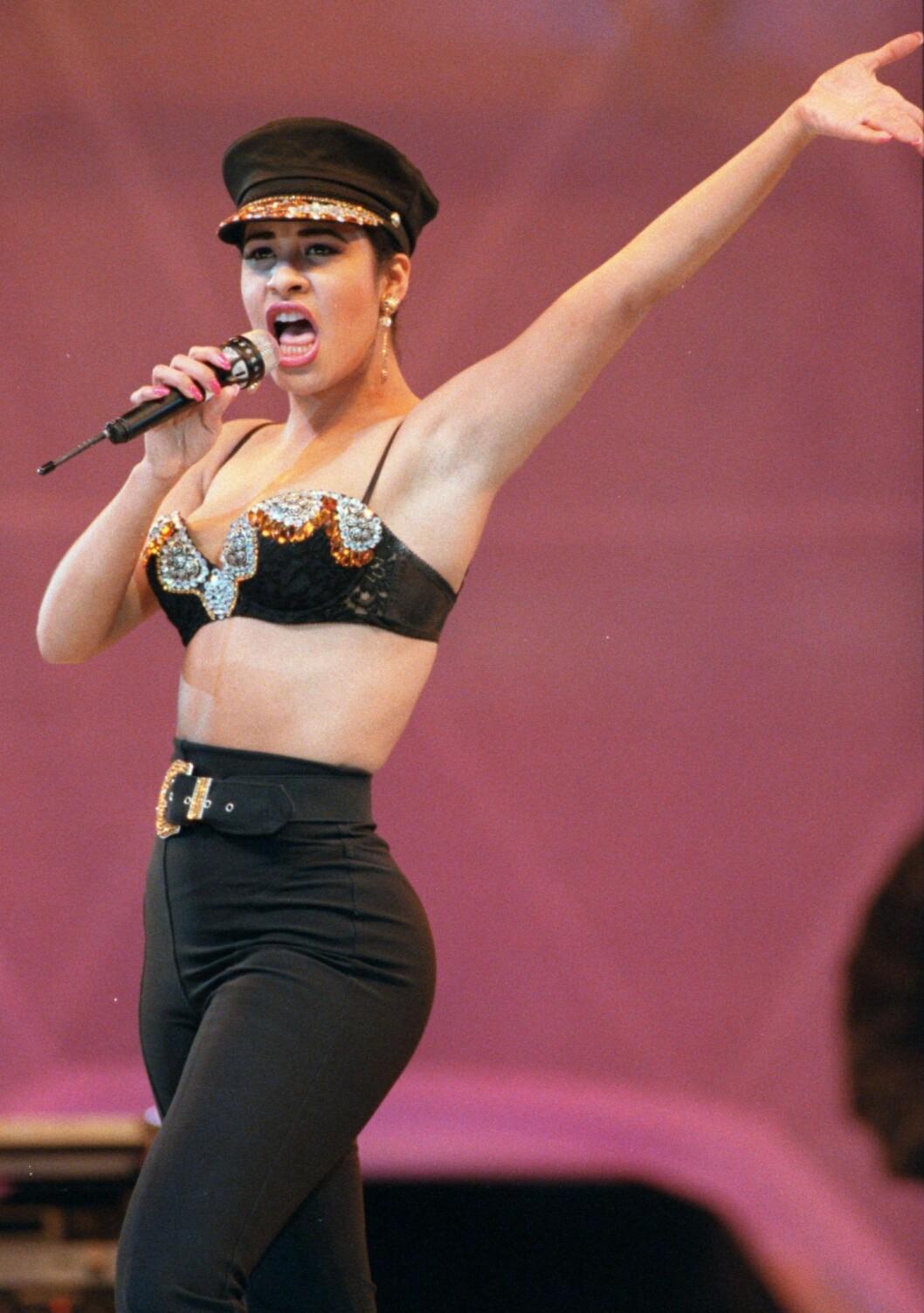 Selena Quintanillas mest ikoniska looks från 90-talet
