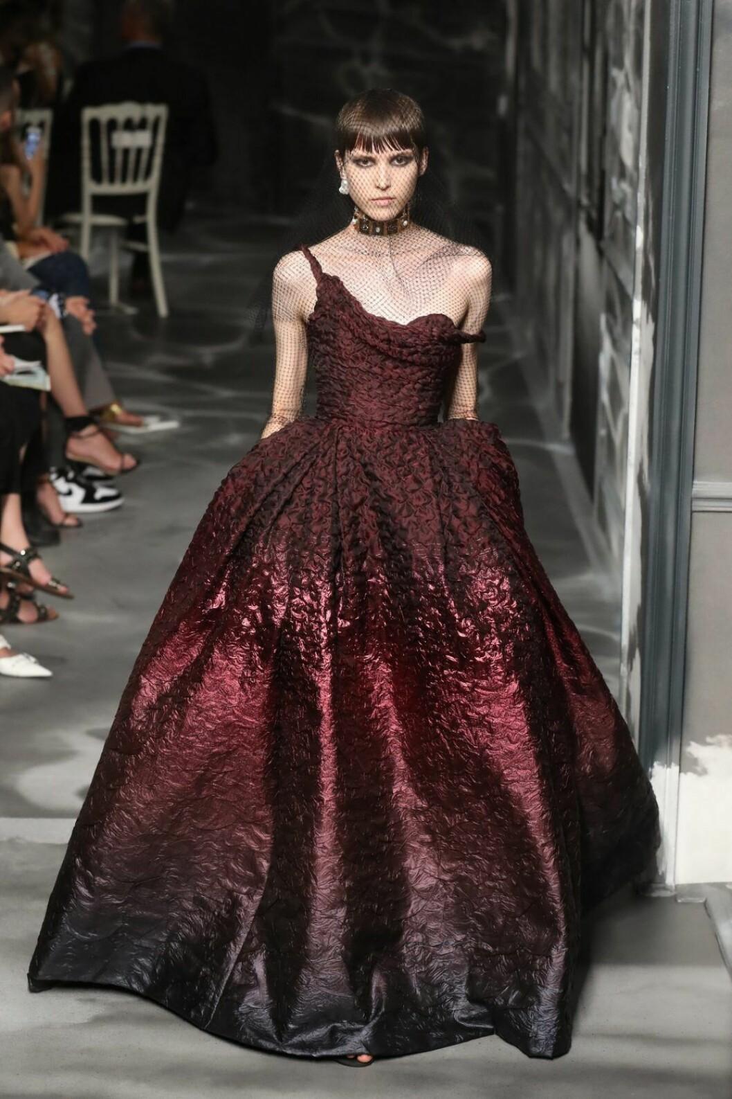 Christian Dior AW19/20, voluminös klänning i rött.