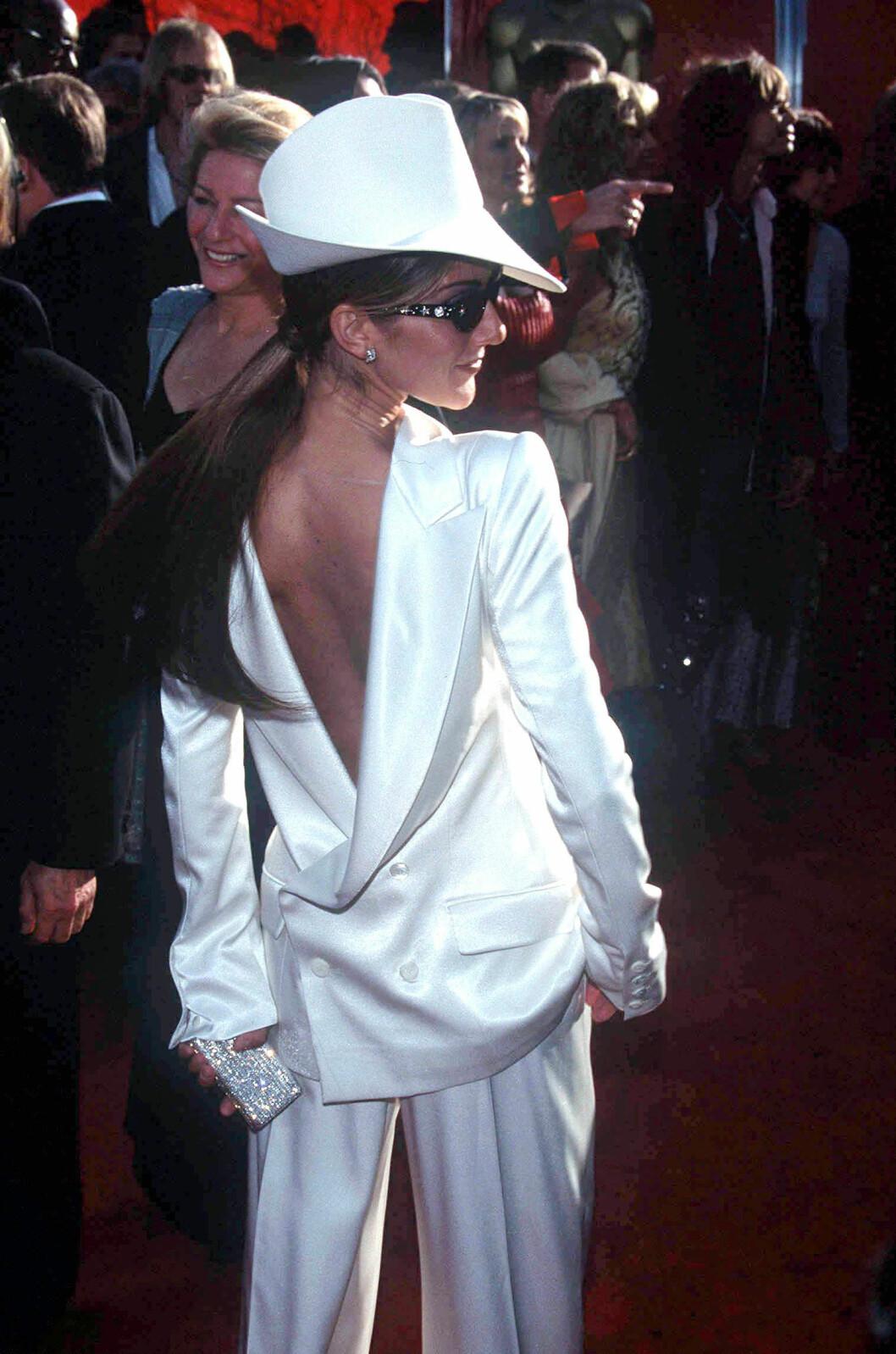 Céline Dion tittar överaxeln när fotograferna tar en bild på Oscarsgalan.